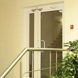 распашные алюминиевые двери в москве